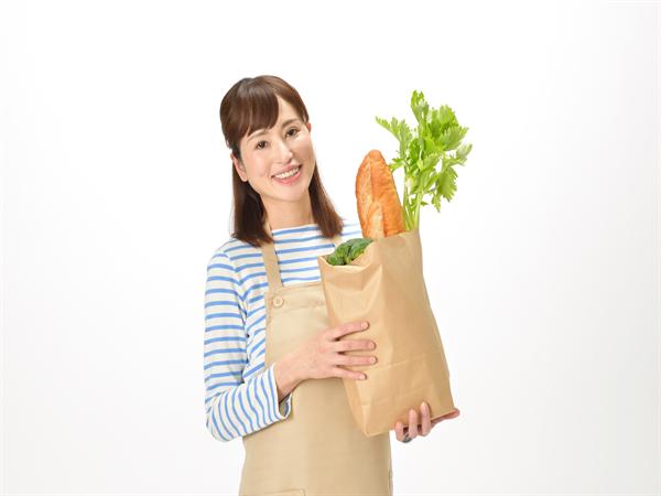 スーパーで買い物する主婦